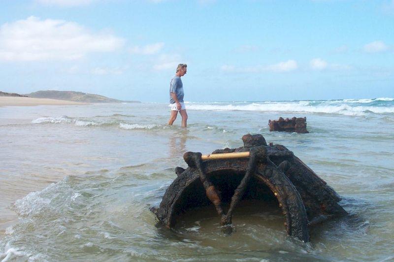 утопает лодка в океане