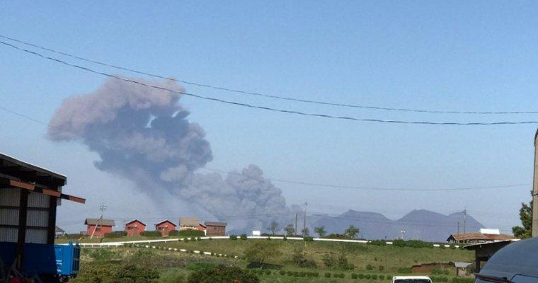 ВЯпонии вулкан Сакурадзима выбросил трехкилометровый столб пепла