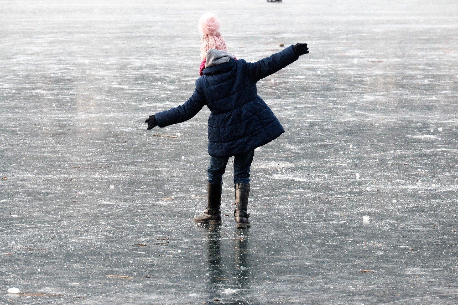 выбрал картинки людей в движении зимой по льду креативно смотрятся