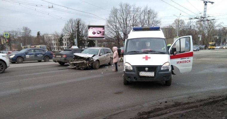 ДТП сучастием скорой помощи случилось вИжевске ФОТО