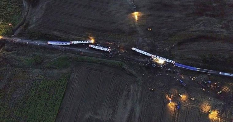 В Турции при сходе поезда с рельсов погибли десять человек