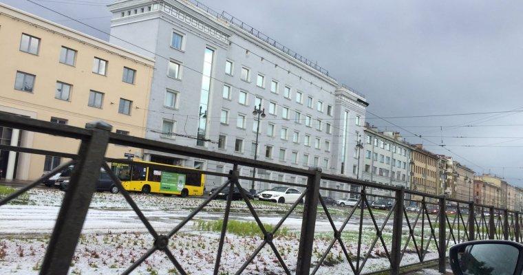 В Петербурге пошел снег и появились сугробы