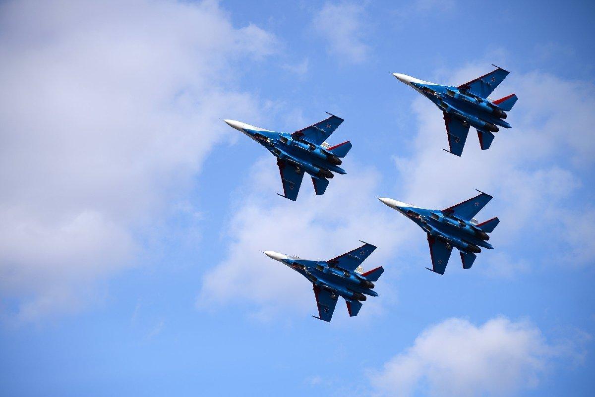 последние фото военного самолета в небе шоу такса