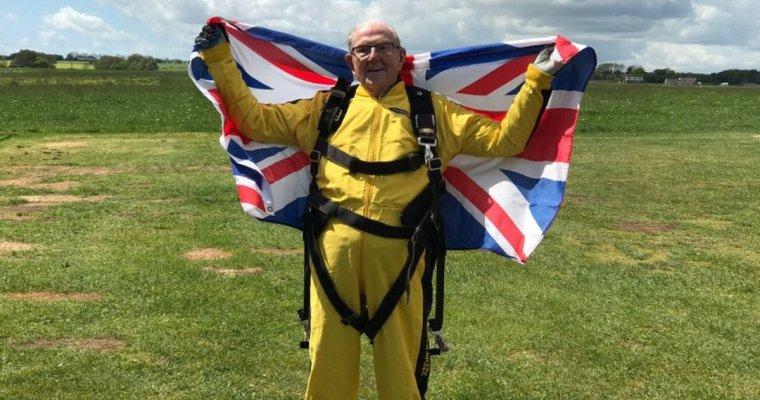 Британский ветеран совершил затяжной прыжок спарашютом в101 год