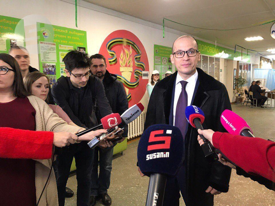 Руководитель Удмуртии Бречалов ссемьёй проголосовал навыборах