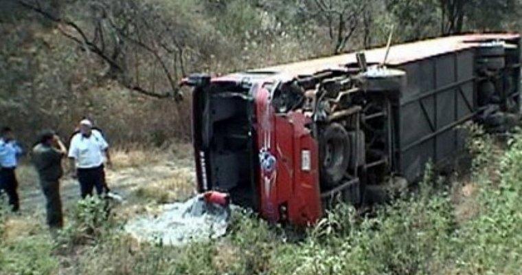 ВМексике автобус вылетел сдороги, 12 человек погибли